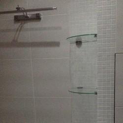 Фото: Стеклянные полки для ванной комнаты (г. Москва) «MEBM»